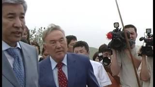 Назарбаев и Тасмагамбетов закладывают камень, знаменующий начало строительства мечети