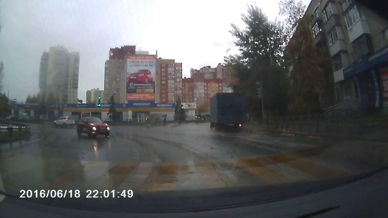 Водитель Nissan Juke не справился с управлением на мокрой дороге