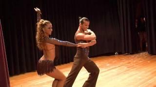 Смотреть онлайн Пара латиноамериканцев танцует сальсу (Salsa)