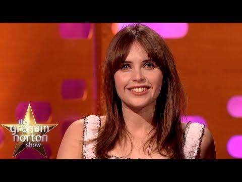 Felicity Jones o setkání se Stephenem Hawkingem a partnerské roztržky - The Graham Norton Show