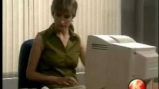 Sekretářka, které překáží monitor