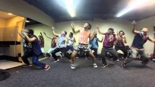 Смотреть онлайн Сумасшедший и очень крутой танец парней