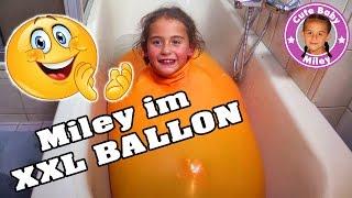 MILEY KLETTERT In Einen XXL WASSERBALLON | CuteBabyMiley