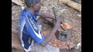 preview picture of video 'Изготовление сувениров из красного дерева в Гвинее.'