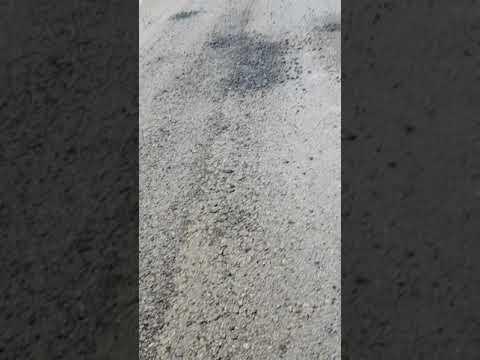 Sūdzas par sabrukušu nesen klāto asfaltu autoceļā Mežāre-Vīpe-Stūrnieki (VIDEO)