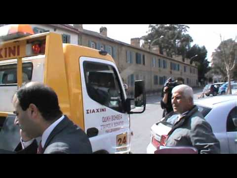 Δικαστικοί κλητήρες κατέβασαν τον υπουργό από το όχημά του για να το κατάσχουν! (video)