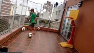Niños haciendo trucos de fútbol