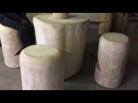 tavolo bar con sgabelli in tronco di legno