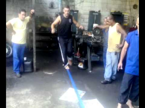 galera da  retifica exata praticando slackliner