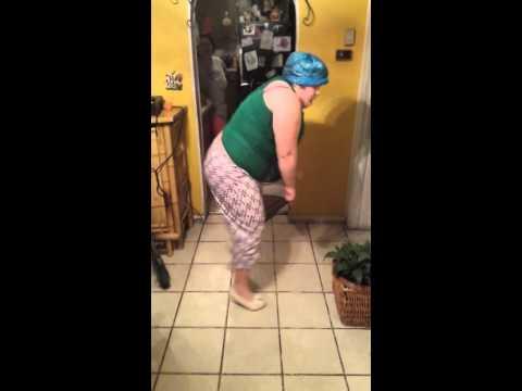 A Caballito de palo merengue mujer bailando con escoba en la cocina1