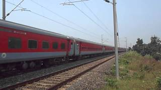 preview picture of video 'GHAZIABAD WAP 7 30201 HAULING LEGENDARY LHB POORVA EXPRESS'