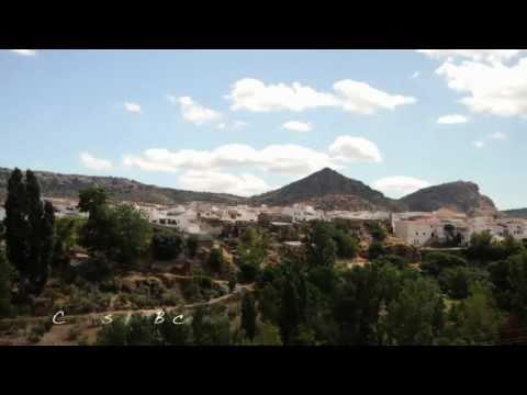 Cuevas del Becerro HD: Villa blanca y florida. Provincia de Málaga y su Costa del Sol