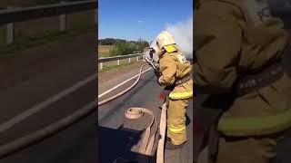 На трассе Уфа-Оренбург огнеборцы тушат горящую «Газель». Видео: МЧС