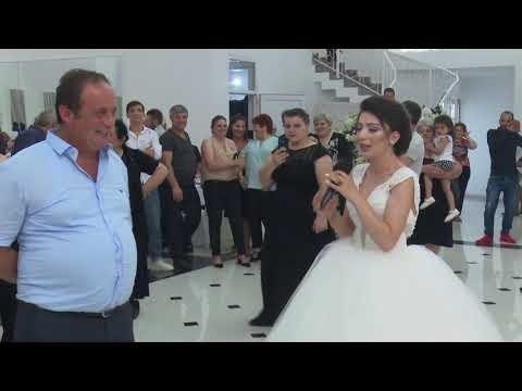 პატარძალი უმღერის მშობლებს ქორწილში.