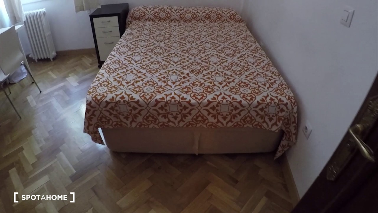 Spacious rooms for rent in 4-bedroom apartment in La Latina
