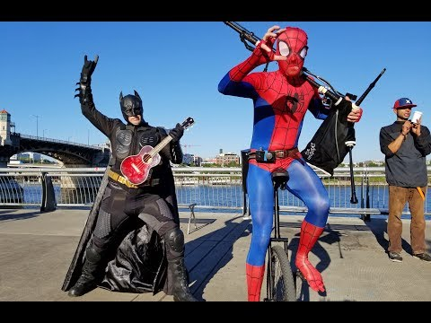 Batman εναντίον Spiderman και ως... μουσικοί δρόμου!