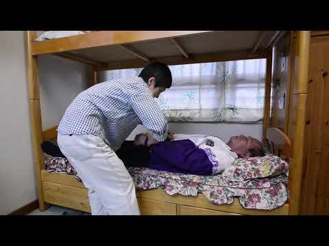 影片: Membantu Lansia Memakai dan Melepas Pakaian Atas