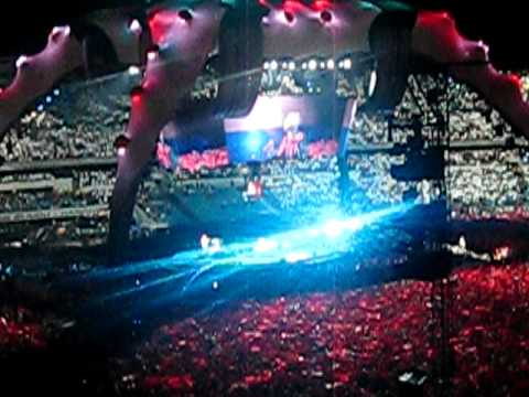 Polska flaga na koncercie U2 w Chorzowie