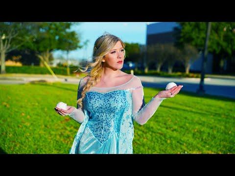 I Spent 24 Hours As Elsa in Public Challenge (видео)