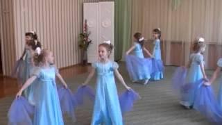 Смотреть онлайн Детский танец девочек с шарфами в детском садике