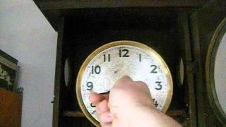 nakręcanie starego zegara 100 letniego