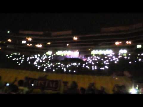 """""""Aliento incansable de Trinchera Norte en La Noche Crema 2015"""" Barra: Trinchera Norte • Club: Universitario de Deportes • País: Peru"""