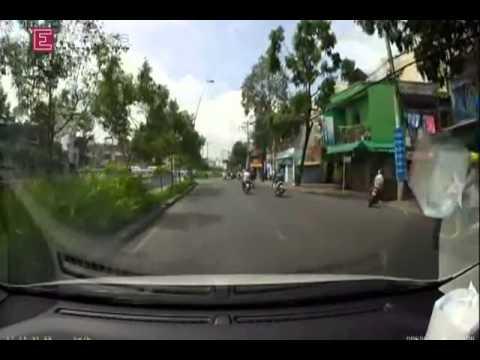 Chuyện cảm động : Hai thanh niên đi xe máy vỗ muỗi tại cổ cô gái .