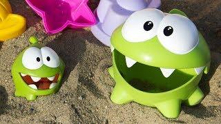Ам Ням и Ам Нямчик играют в песочнице. Мультики для детей
