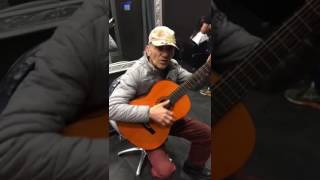 Очень талантливый дедушка))) Браво ему классно играет на гитаре