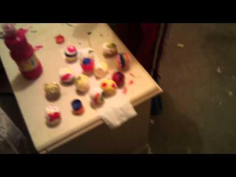 Niños Caldera pintando huevos