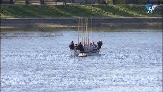 9 мая на волховскую гладь был спущен венок в память о погибших моряках и речниках
