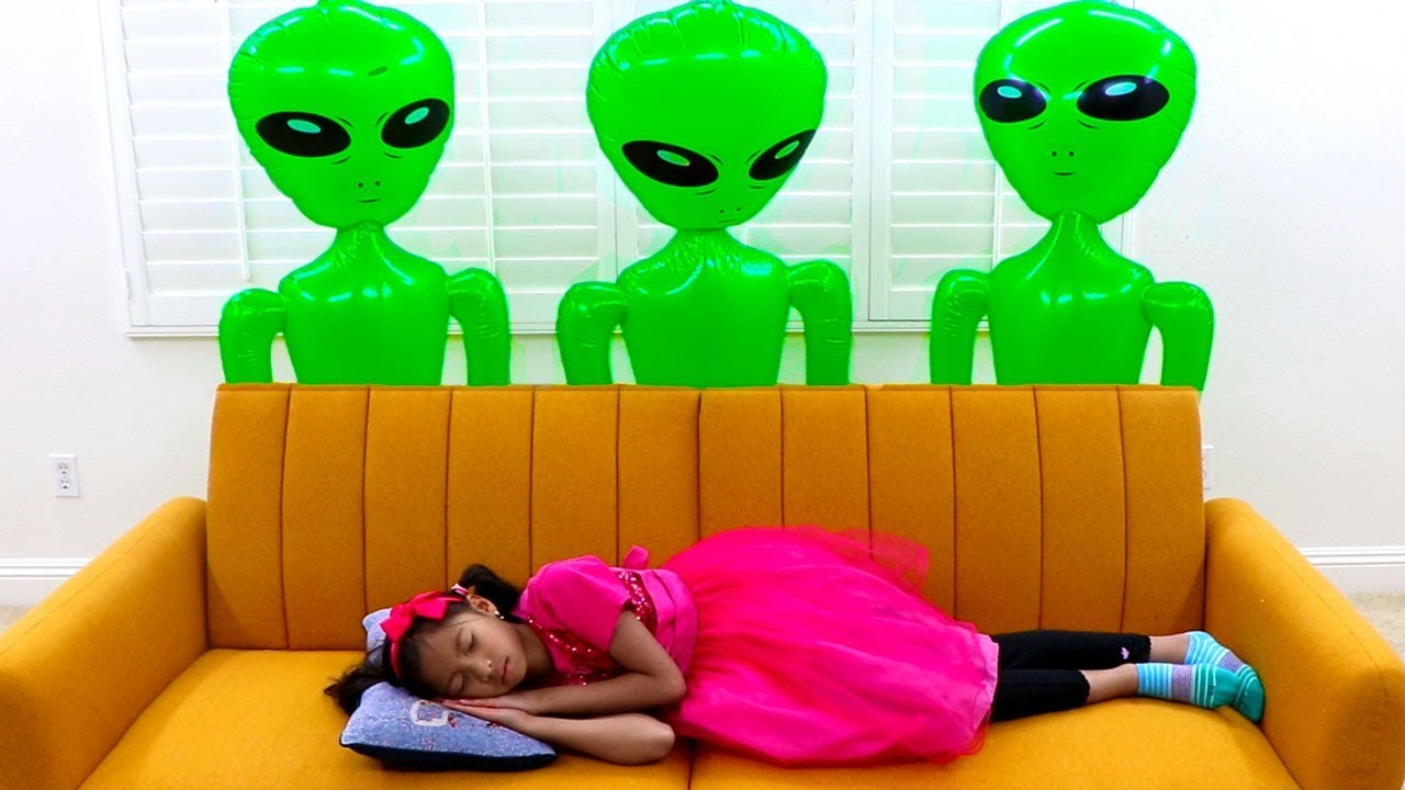 Wendy & Alex Pretend Play with Green UFO Aliens from Outer Space