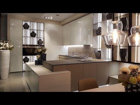Alnus - designová kuchyně s obývacím pokojem v bílém lesku
