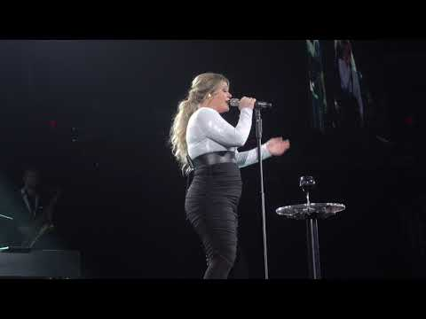 "Kelly Clarkson covers ""The Weight"" by Aretha Franklin - (2019-02-01) - Glendale, AZ"