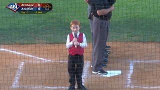 Смотреть онлайн Икота мешает мальчику петь гимн перед матчем