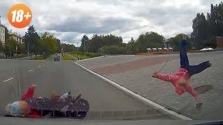 Чудовищная авария.В Екатеринбурге машина сбивает коляску с 3-мя детьми.