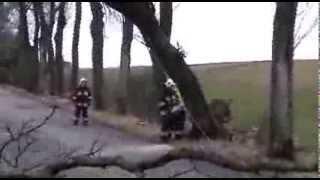 preview picture of video 'Strażacy OSP Bisztynek walczą ze skutkami wichury'