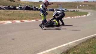 preview picture of video 'Caída en el circuito de Torremocha, 2 personas en la moto'