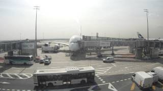 preview picture of video 'Docking of an Emirates A380 at Charles de Gaulle Airport'