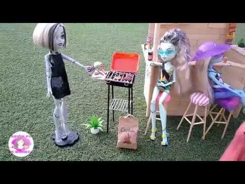 Diy barbacoa (bbq) o parrilla con comida, accesorios, bolsa de carbón y delantal para muñecas