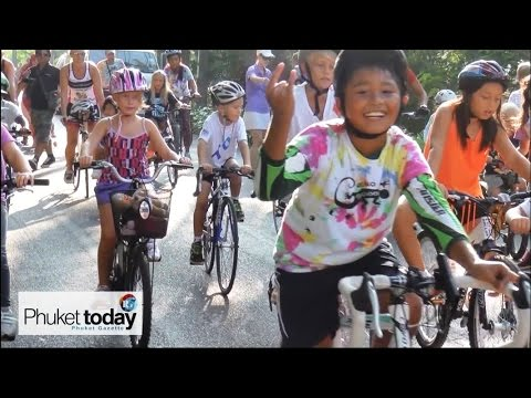 Phuket kids ride for dolphins, dig for turtles - video report