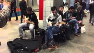 Metro istasyonunda elektro gitar keyfi