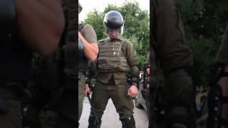 Мусор избивавший АТОшников показал фак на видео