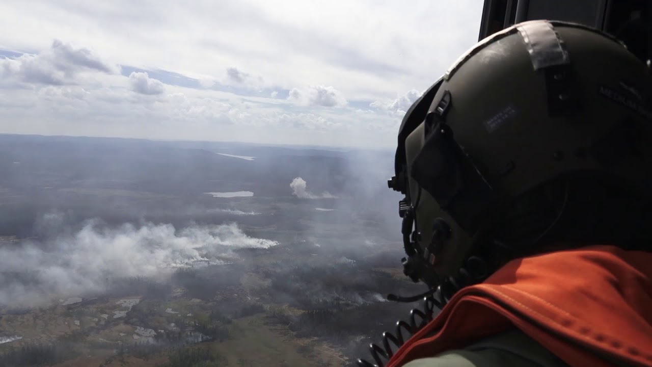 Шведы тушат горящий лес, бросая бомбы