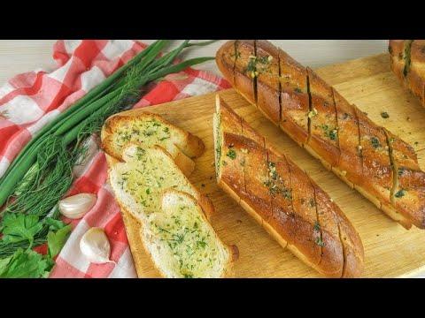Сливочно чесночное масло на багет. Creamy garlic butter on a baguette