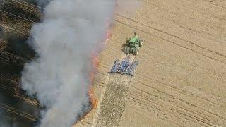 Смотреть онлайн Пожар на хлебном поле: трактор пытается спасти пшеницу