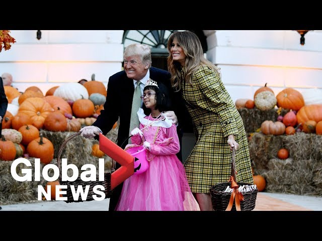 """ترامب وميلانيا يوزعان حلوى """"الهالوين"""" على الأطفال في البيت الأبيض"""