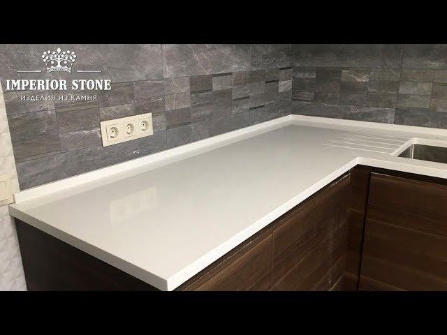 Белая столешница на кухню из кварцевого агломерата Samsung Radianz Everest White EW120