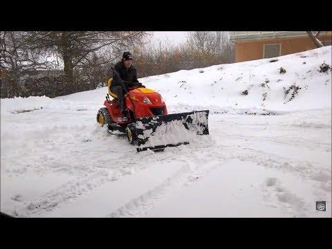 Schnee räumen mit Schneeschild an einem Rasentraktor - Es funktioniert tatsächlich :-)