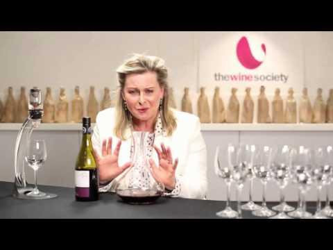 Chiết lọc rượu vang đỏ bằng bình decanter